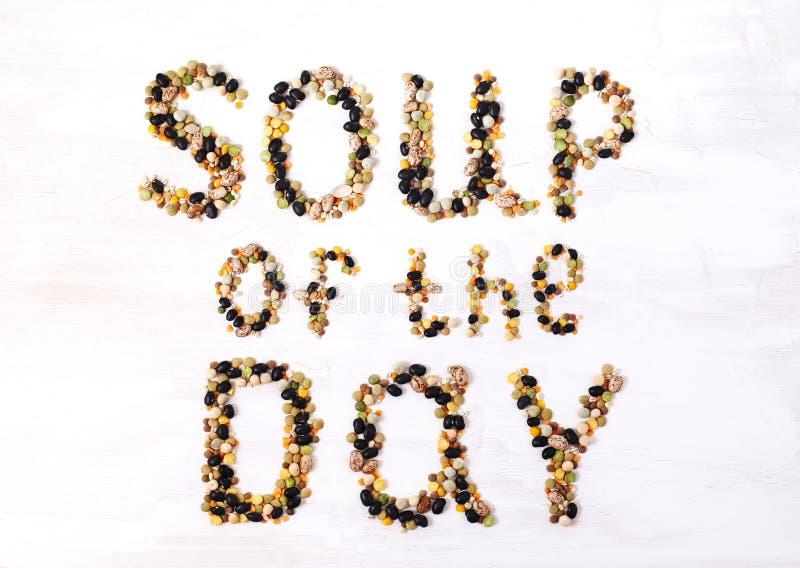 Soupe du jour Texte fait ? partir de diverses l?gumineuses conception de l'avant-projet de nourriture photographie stock