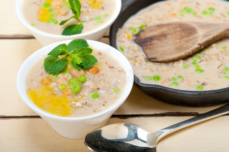 15873832 soupe du Moyen-Orient chaleureuse à pois chiche et à orge images stock