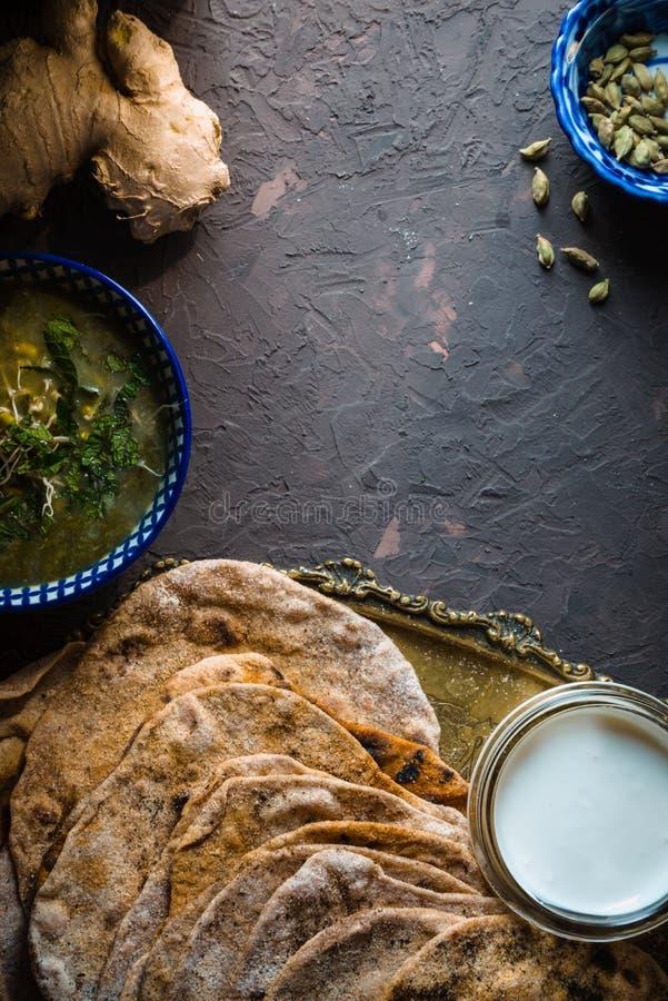 Soupe et chapatti à fèves de mung sur la verticale foncée de fond photo stock