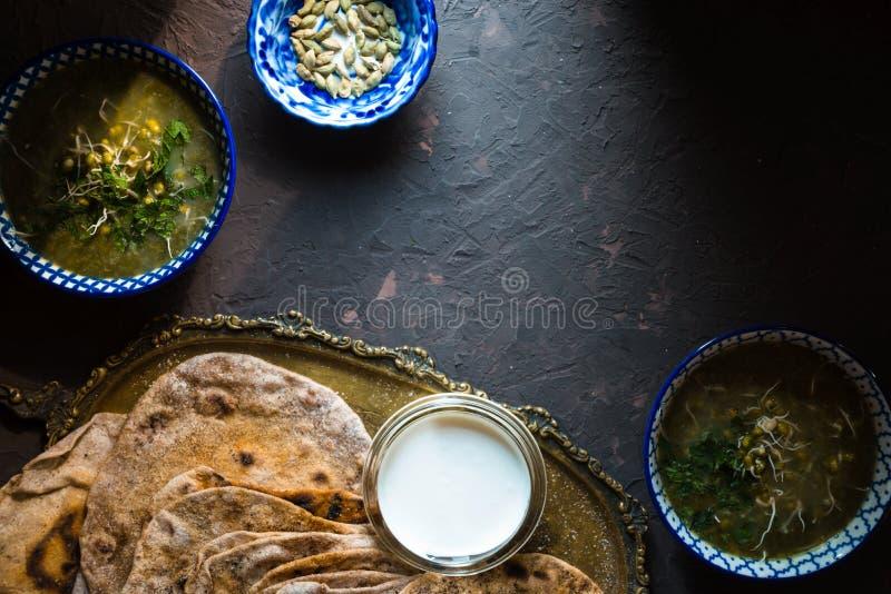 Soupe et chapatti à fèves de mung sur le fond foncé photographie stock libre de droits