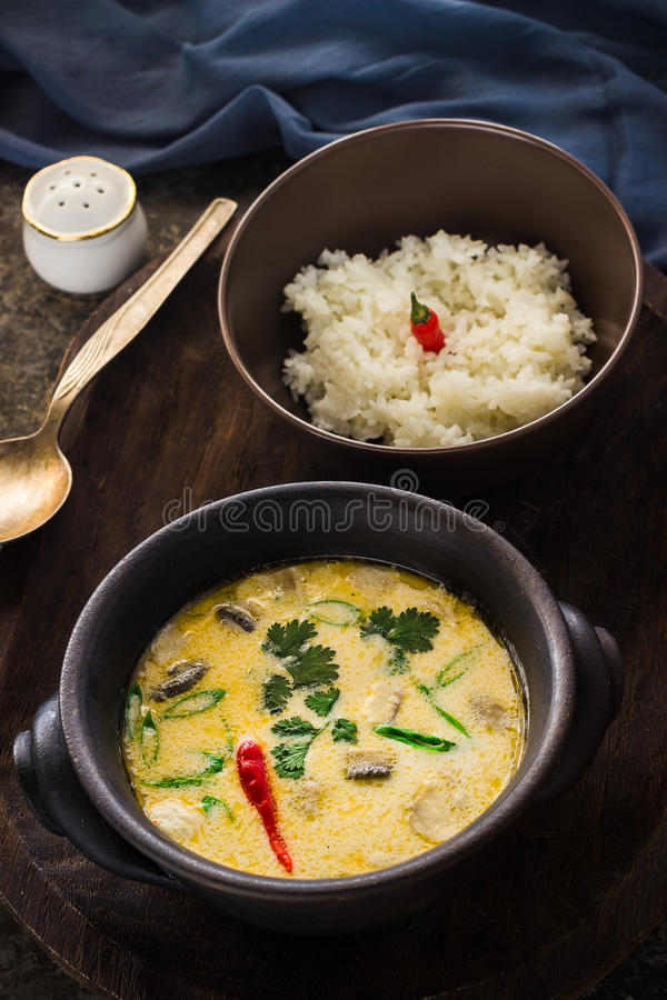 Soupe et riz thaïlandais dans des cuvettes en céramique sur le fond foncé photographie stock libre de droits