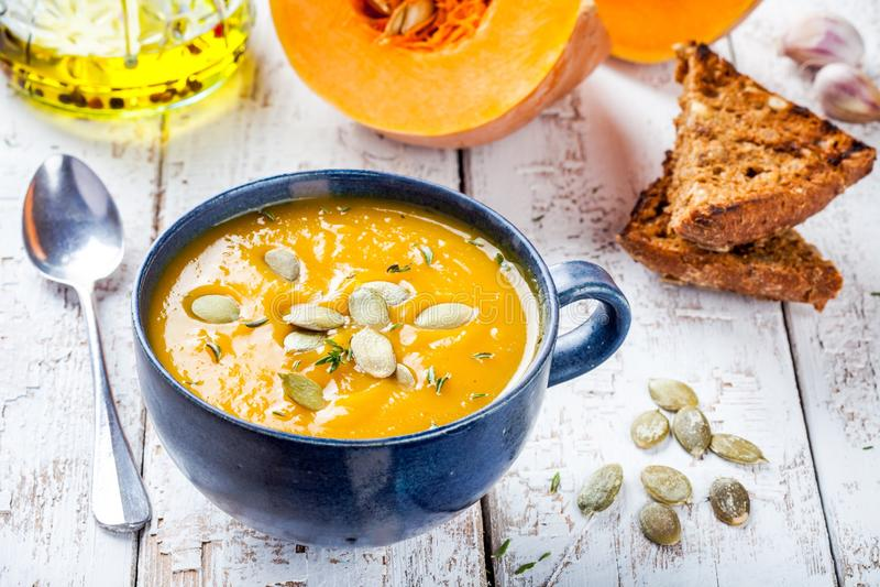 Soupe faite maison à crème de potiron avec des graines images stock