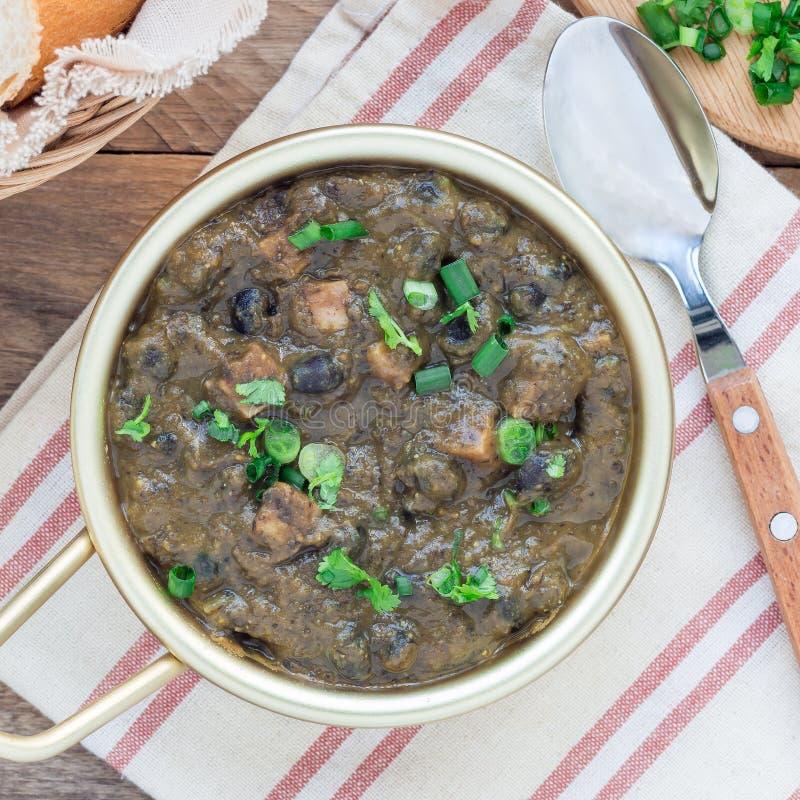 Soupe faite maison à haricot noir et à jambon dans la cuvette en aluminium sur la table en bois, place image libre de droits