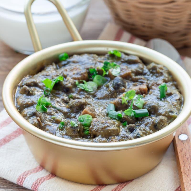 Soupe faite maison à haricot noir et à jambon dans la cuvette en aluminium sur la table en bois, vue supérieure, place photo stock