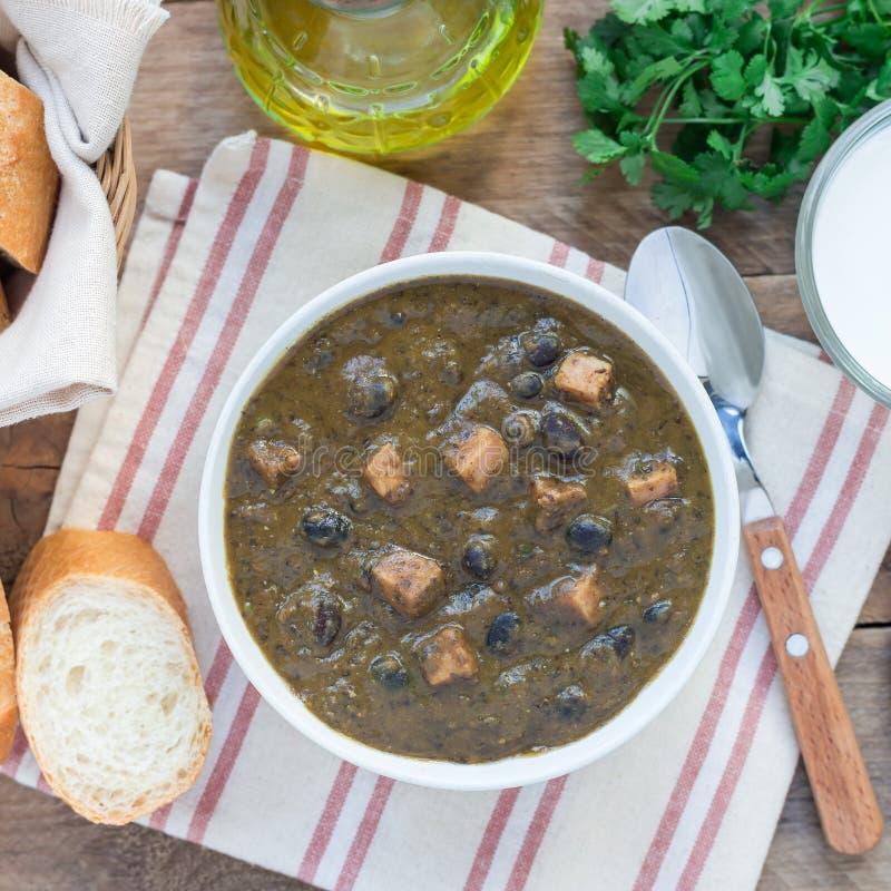 Soupe faite maison à haricot noir et à jambon dans la cuvette en céramique sur la table en bois, vue supérieure, place image stock