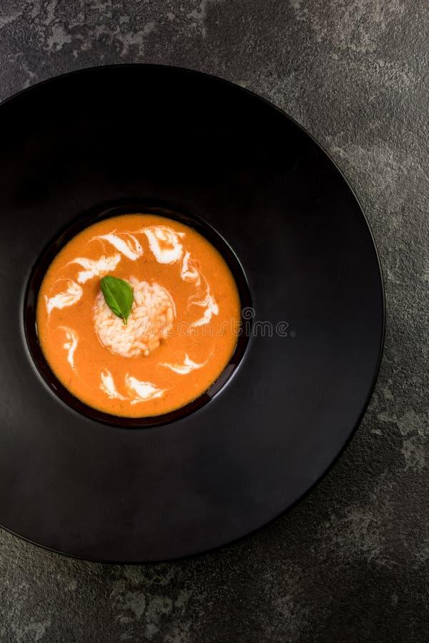 Soupe faite maison à tomate servie du plat foncé image stock