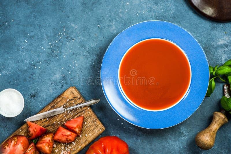 Soupe faite maison fraîche servante à tomate photo libre de droits