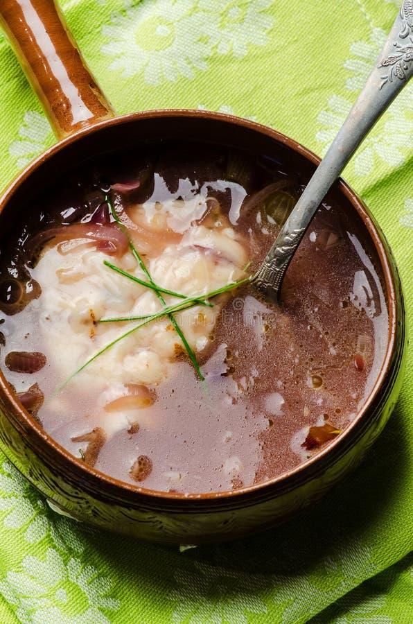 Soupe française à oignon images stock