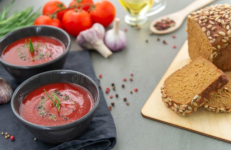 Soupe froide ? gazpacho de tomate dans un plat profond sur un fond en pierre image stock