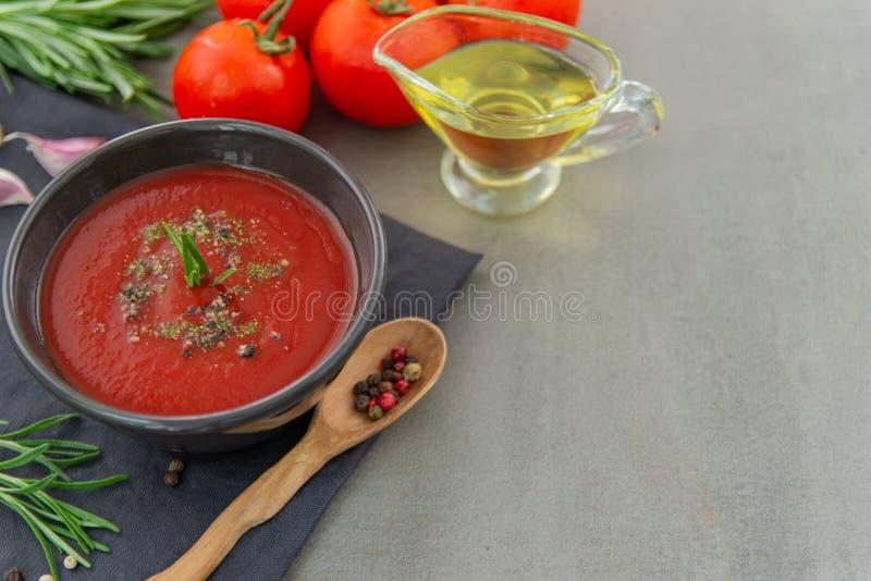 Soupe froide ? gazpacho de tomate dans un plat profond sur un fond en pierre photo libre de droits