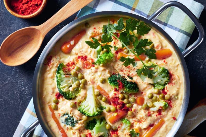 Soupe ? fromage de cheddar de brocoli dans un pot en m?tal photos stock