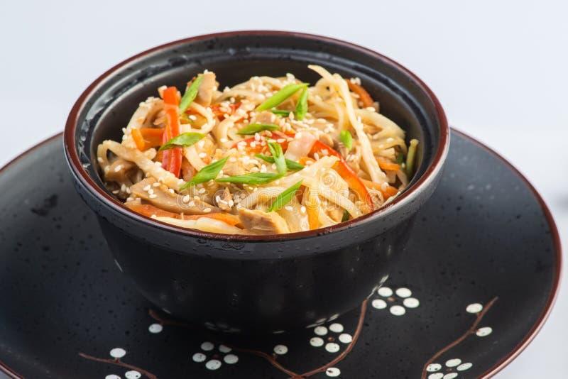 Soupe japonaise à ramen avec le poulet, l'oeuf, la ciboulette et la pousse sur le fond en bois foncé photos stock