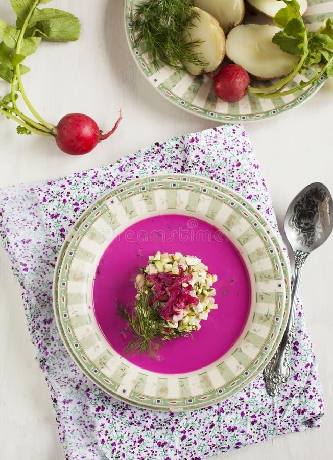 Soupe letton froide Soupe froide végétale avec des beetrots photo stock