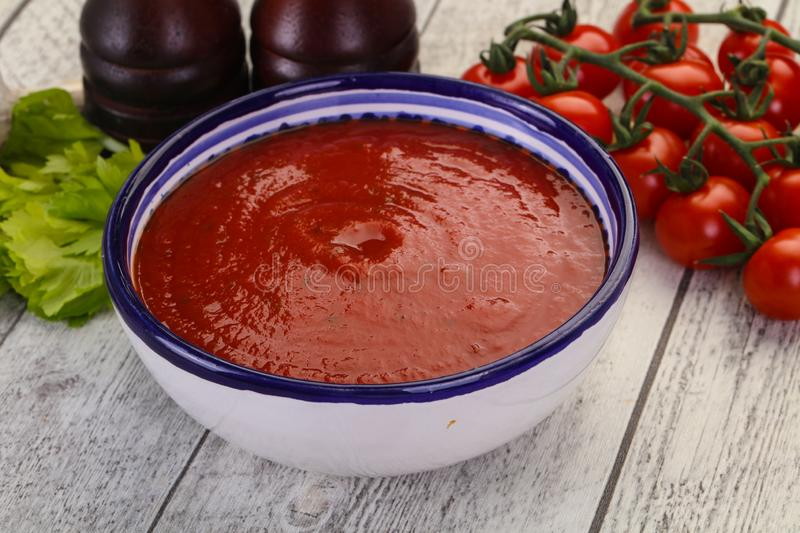Soupe m?diterran?enne ? tomate photographie stock