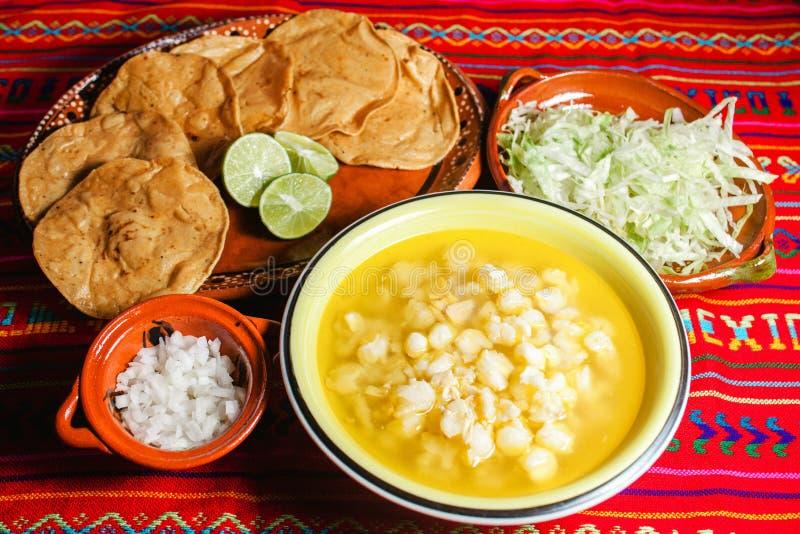 Soupe mexicaine traditionnelle à maïs de nourriture de Pozole épicée images stock