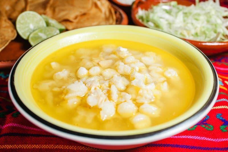 Soupe mexicaine traditionnelle à maïs de nourriture de Pozole photos stock