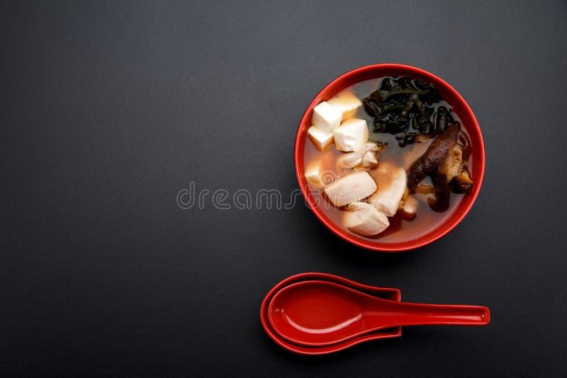 Soupe miso japonaise sur une cuvette et une cuillère rouges photos libres de droits