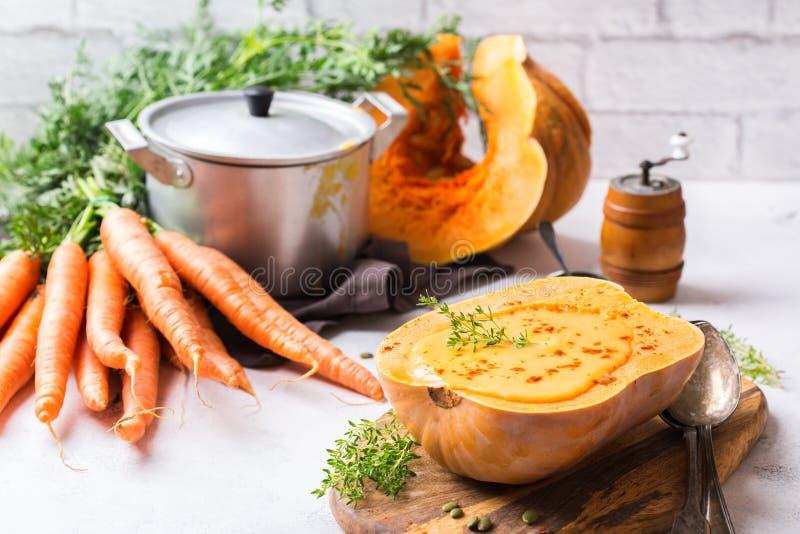 Soupe orange à carotte rôtie par automne de courge de butternut de potiron de chute images libres de droits