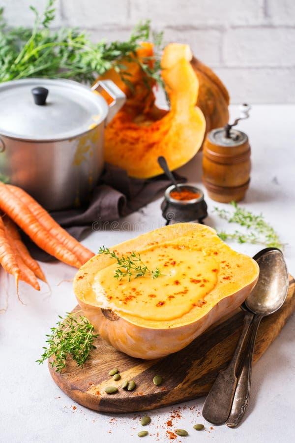 Soupe orange à carotte rôtie par automne de courge de butternut de potiron de chute images stock