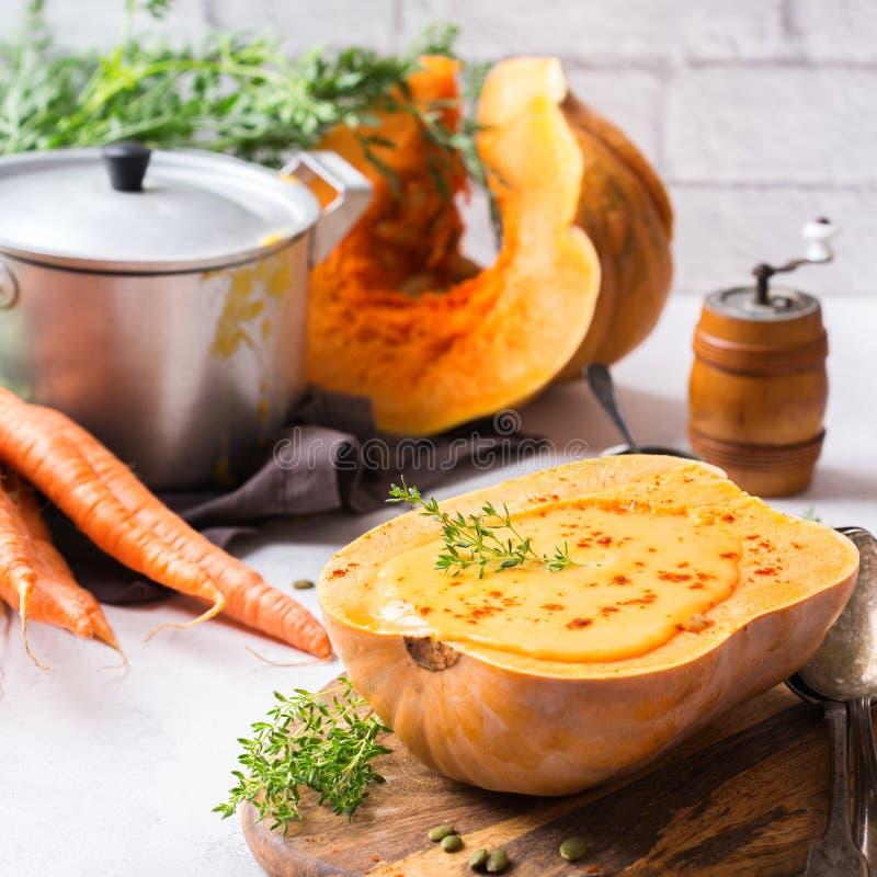 Soupe orange à carotte rôtie par automne de courge de butternut de potiron de chute photo libre de droits