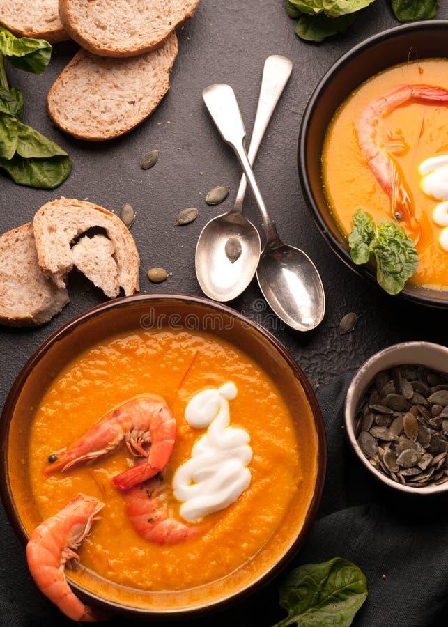 Soupe orange à potiron avec des crevettes image libre de droits