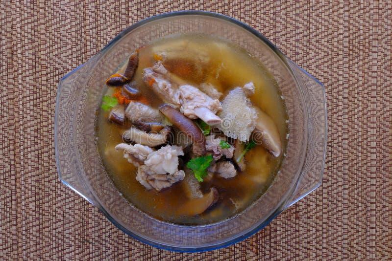 Soupe ou bouillon à champignons en bambou dans le bol en verre photos libres de droits