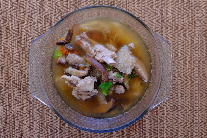 Soupe ou bouillon à champignons en bambou dans le bol en verre photo stock