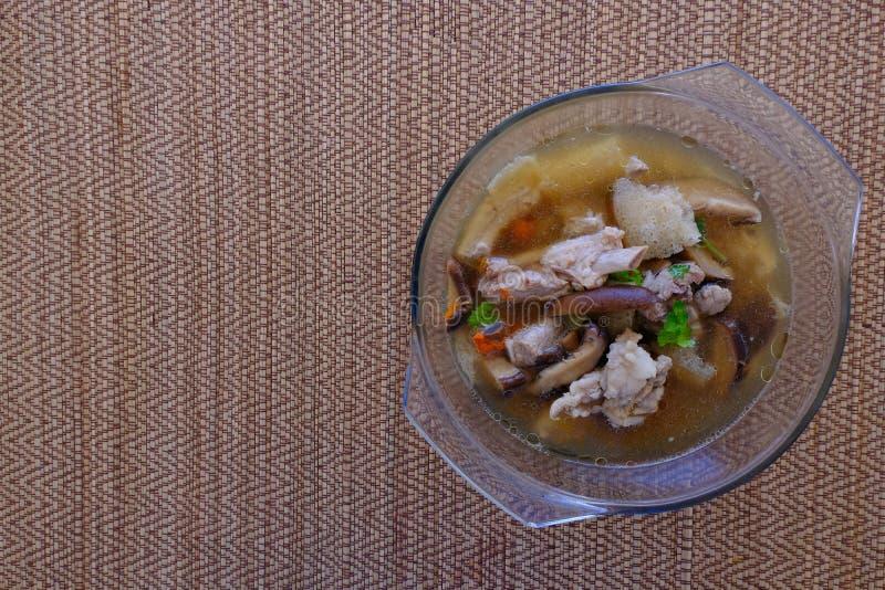 Soupe ou bouillon à champignons en bambou dans le bol en verre photo libre de droits