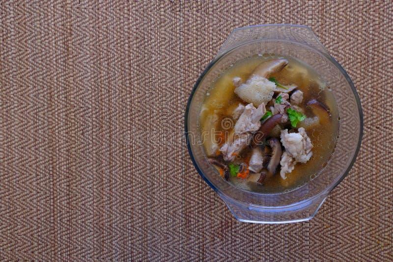 Soupe ou bouillon à champignons en bambou dans le bol en verre image libre de droits