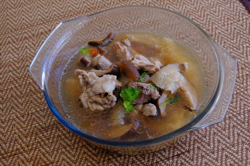 Soupe ou bouillon à champignons en bambou dans le bol en verre photographie stock libre de droits
