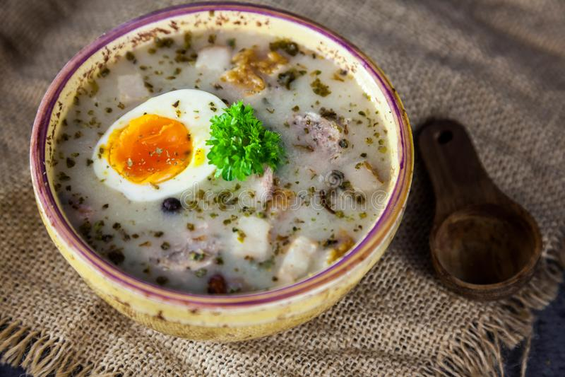 Soupe polonaise à Pâques avec les oeufs et la saucisse blanche photos libres de droits