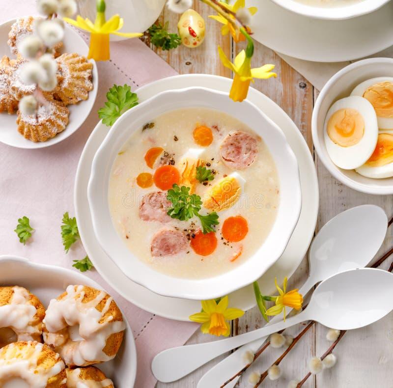 Soupe polonaise à Pâques, borscht blanc en plus de la saucisse blanche et un oeuf dur Plat traditionnel de Pâques en Pologne images libres de droits