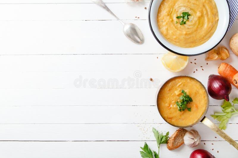 Soupe rôtie à potiron et à carotte sur le fond en bois blanc Copiez l'espace Concept végétarien images libres de droits