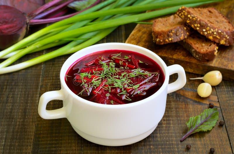 Soupe rouge à borscht avec l'aneth dans la cuvette blanche photos libres de droits