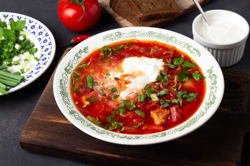 Soupe rouge ? betterave traditionnelle russe ukrainienne traditionnelle - borscht avec la cr?me sure image stock