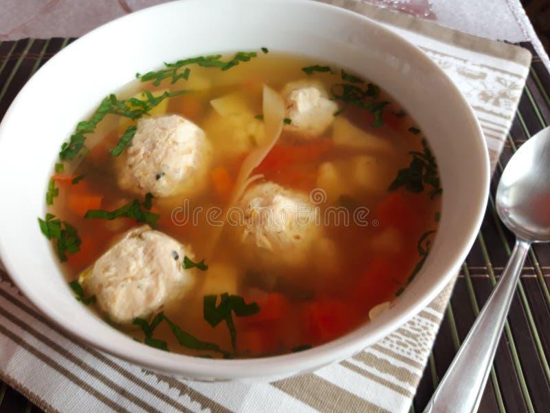 Soupe roumaine à boulette de viande de poulet Ciorba de perisoare images libres de droits