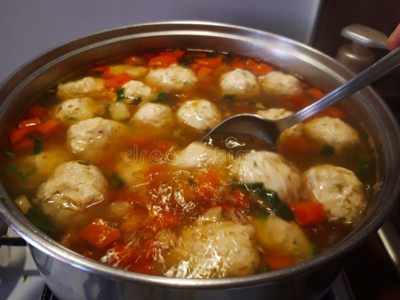 Soupe roumaine traditionnelle à boulettes de viande Ciorba de perisoare images libres de droits