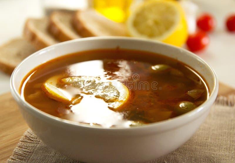 Soupe russe traditionnelle à soljanka ou à saltwort photos stock