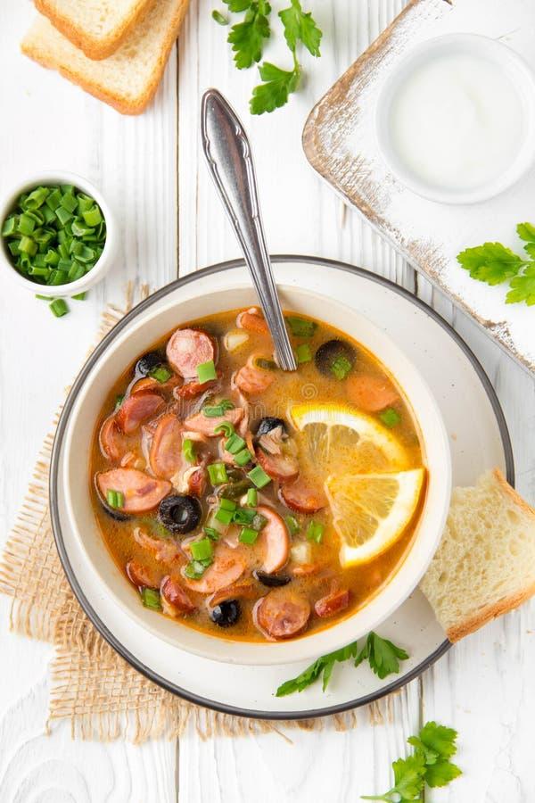 Soupe russe traditionnelle Solyanka avec du boeuf, le poulet, la saucisse, le citron, les olives et le concombre marin? D?jeuner  images libres de droits