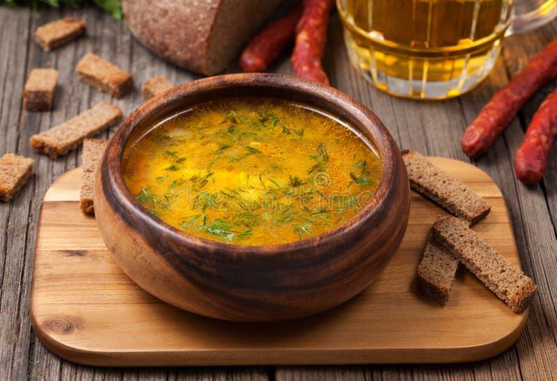 Soupe saine à bouillon de nouille de poulet avec des croûtons photos stock