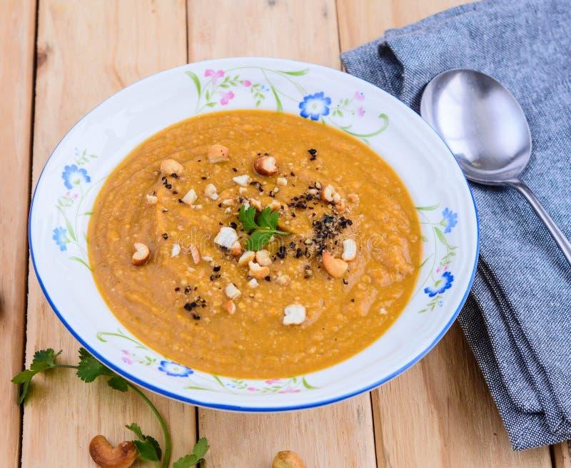Soupe saine avec des écrous photos stock