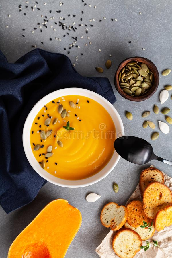 Soupe saine et végétarienne à crème de potiron d'automne dans la cuvette servie avec les graines et le croûton sur la vue supérie photographie stock