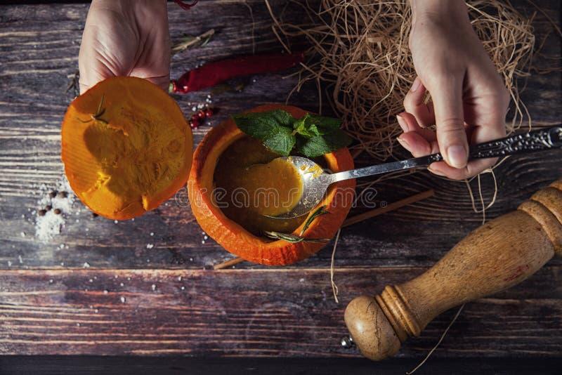 Soupe savoureuse lumineuse en potiron photo libre de droits