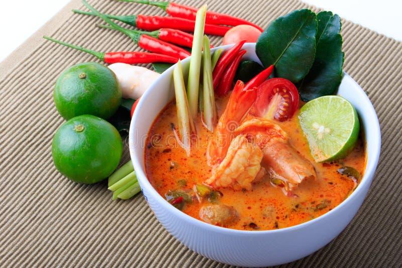 Soupe thaïlandaise à crevette rose avec le schénanthe (Tom Yum Goong) sur le fond de tissu de Brown photos libres de droits