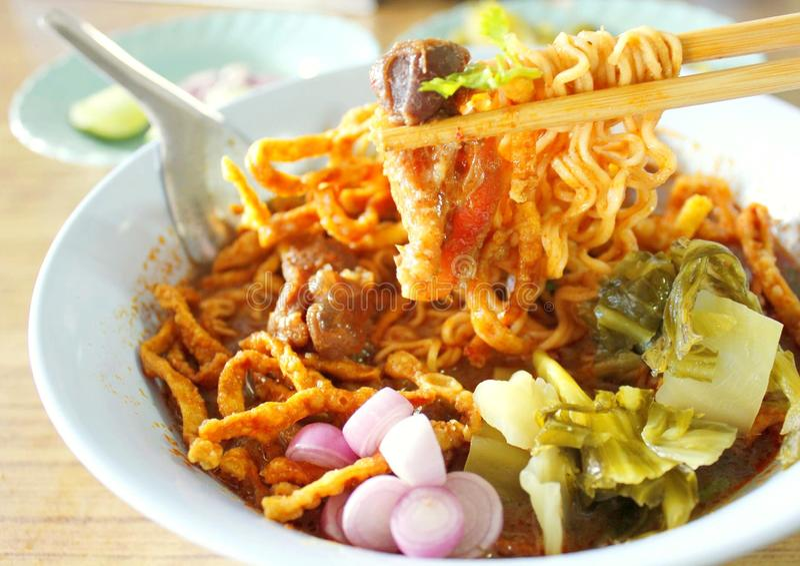 Soupe thaïlandaise du nord à cari de nouille photos stock