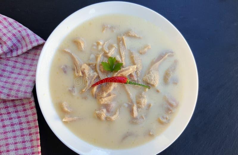 Soupe traditionnelle à tripes sur le fond foncé image stock