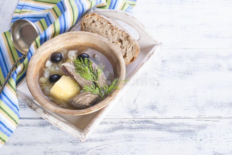 Soupe traditionnelle de chou et de pulpe frais de boeuf avec des pommes de terre, dans une cuvette en bois sur un fond blanc Est  images libres de droits