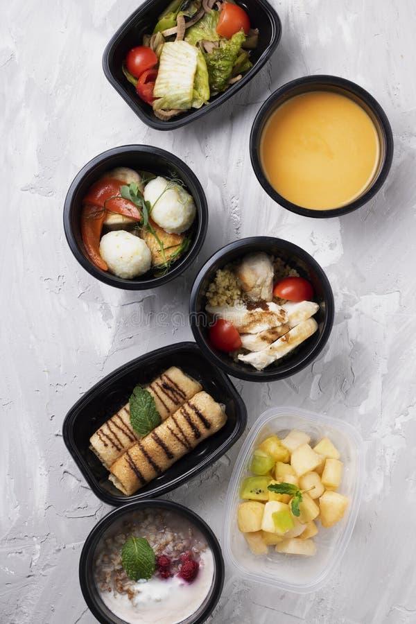 Soupe végétale à crème de salade et de brocoli avec le poulet cuit à la vapeur, gruau avec des baies de framboise et crêpes pour  photographie stock