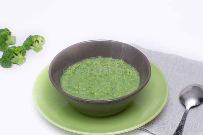 Soupe végétarienne de purée de brocoli sur un fond blanc Le concept de la consommation saine image stock