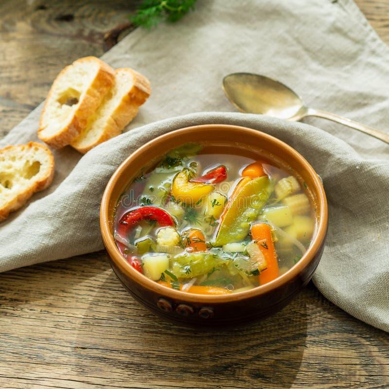 Soupe végétarienne diététique végétale à ressort lumineux Vue de côté, fond en bois rustique brun, serviette de toile image libre de droits